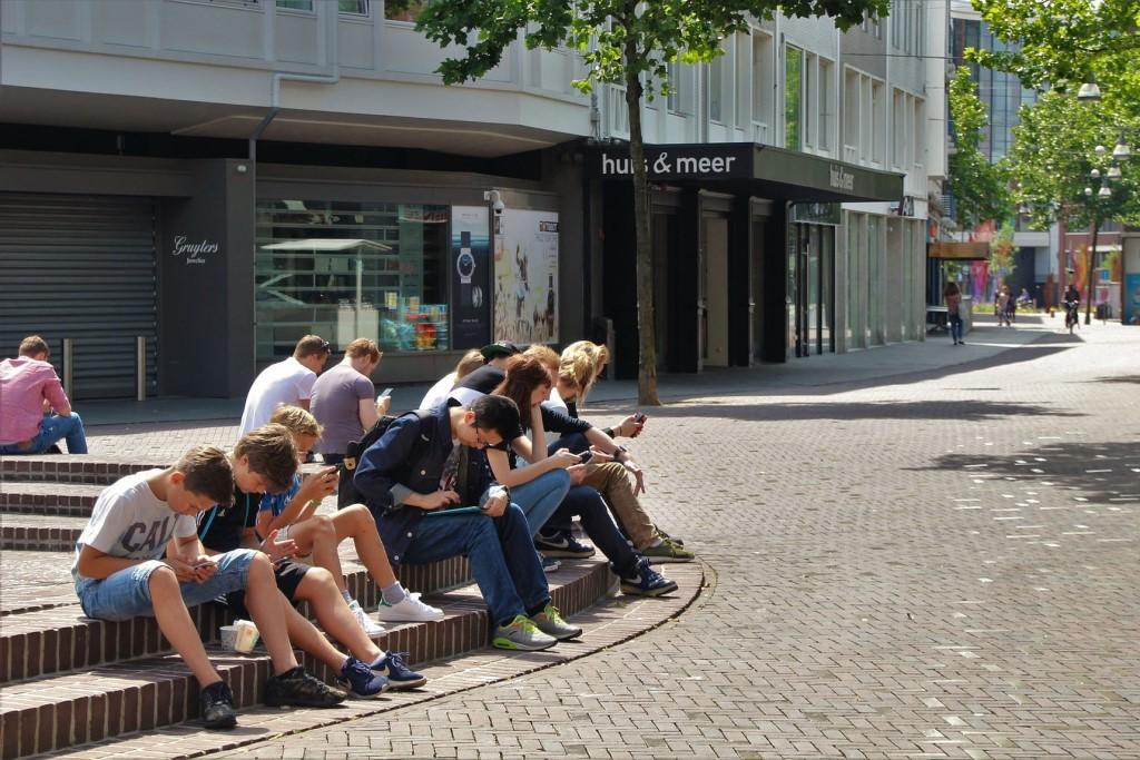 Nastolatki przeglądają smartfony