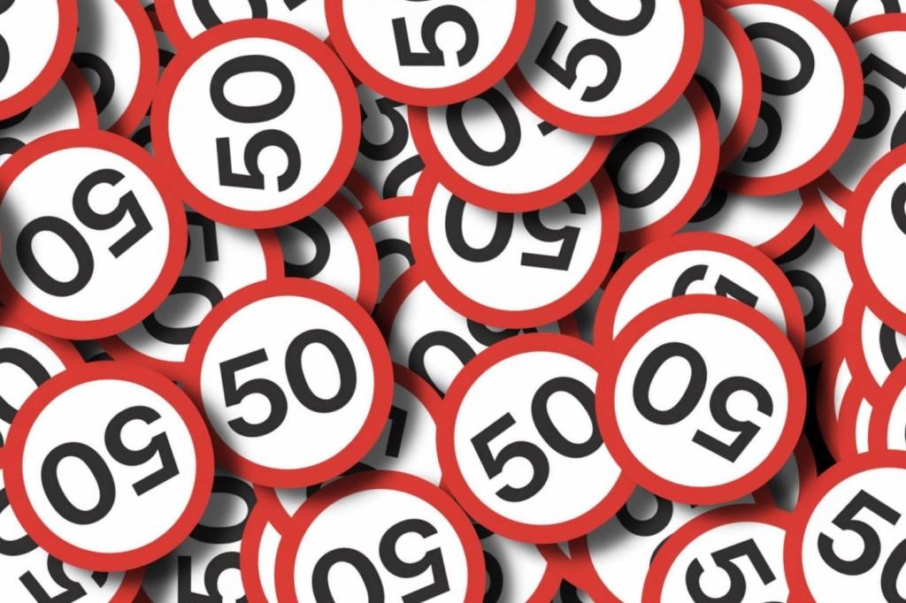 Znaki ograniczające prędkość samochodów