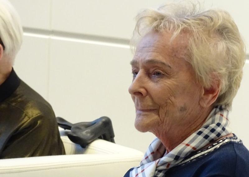 Starsza kobieta, zdjęcie z uroczystości publicznej