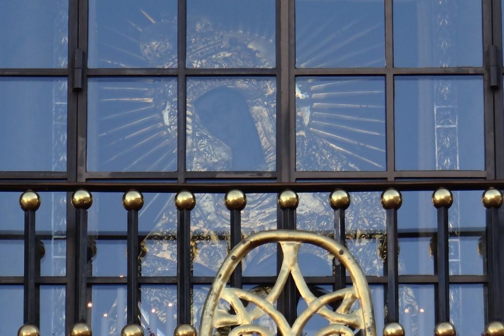 Obraz Matki Boskiej w oknie