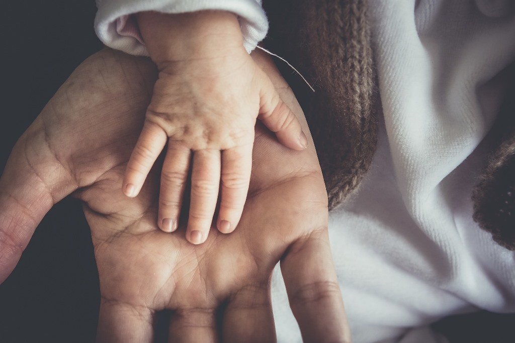 Dwie ręce - dorosłego o dziecka