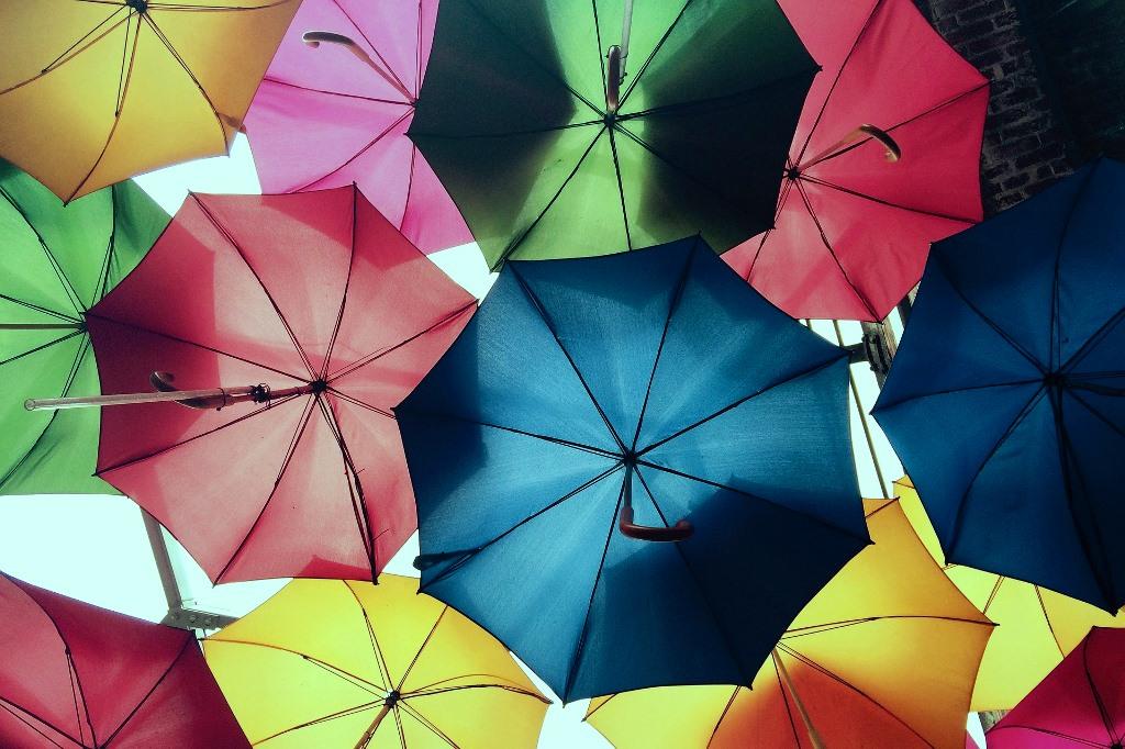 Parasolki w różnych kolorach - kolorowe i ciemne