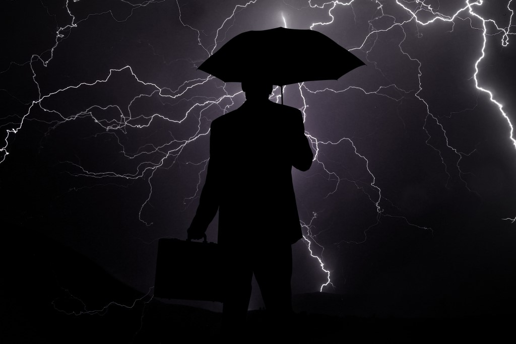 Mężczyzna z parasolem, burza