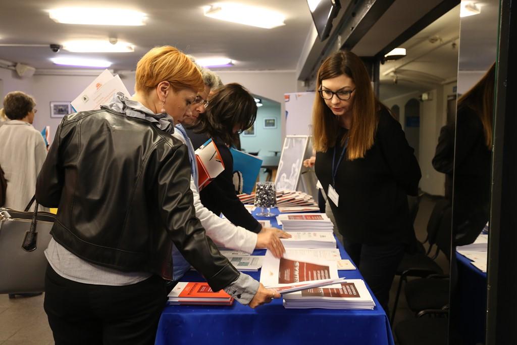 Ludzie przeglądają książki i broszury