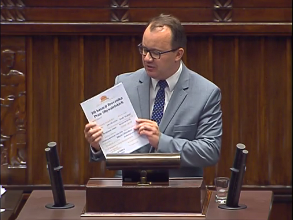 Adam Bodnar na mównicy sejmowej prezentuje publikację