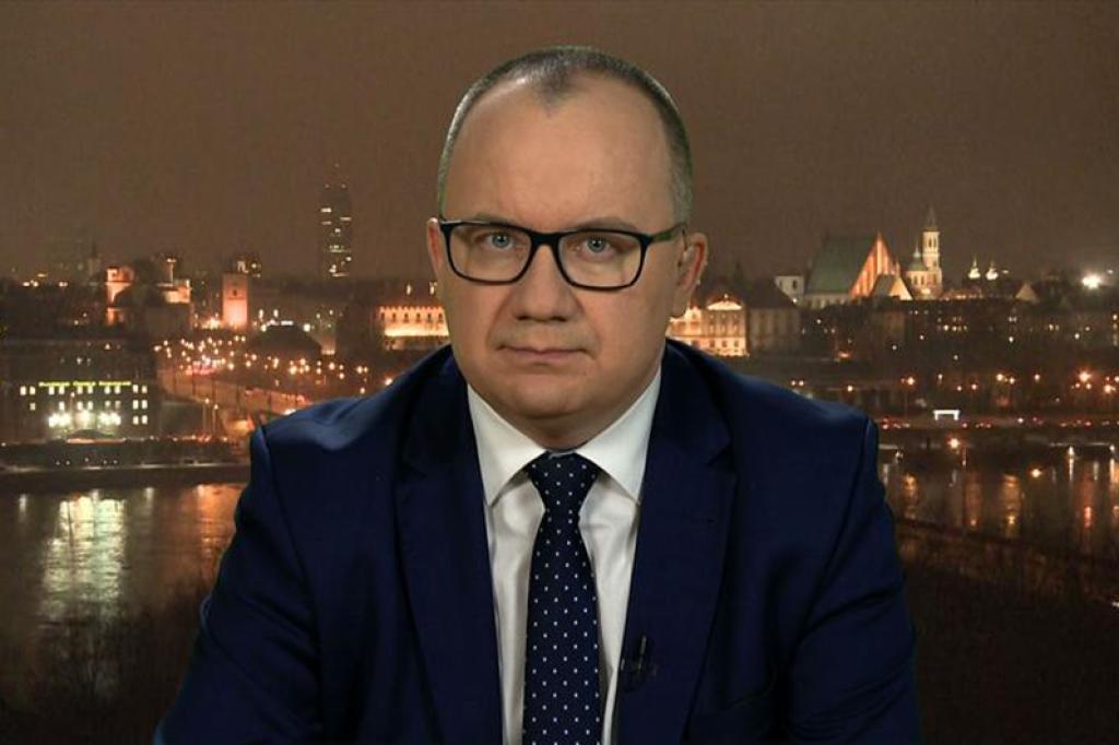 Mężczyzna na tle panoramy starego miasta w Warszawie