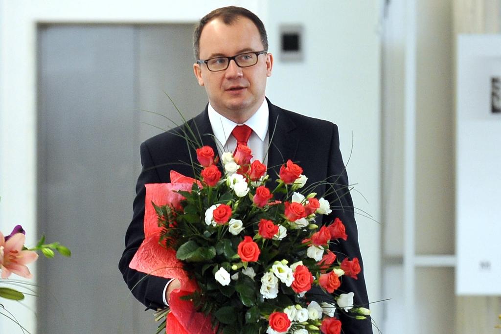 Zdjęcie: Adam Bodnar z wielkim bukietem biało-czerwonych kwiatów