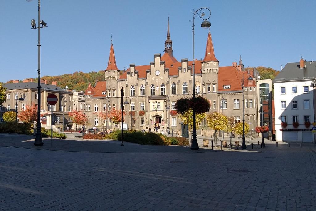 strzelista budowla budynku ratusza w Wałbrzychu w słoneczny dzień