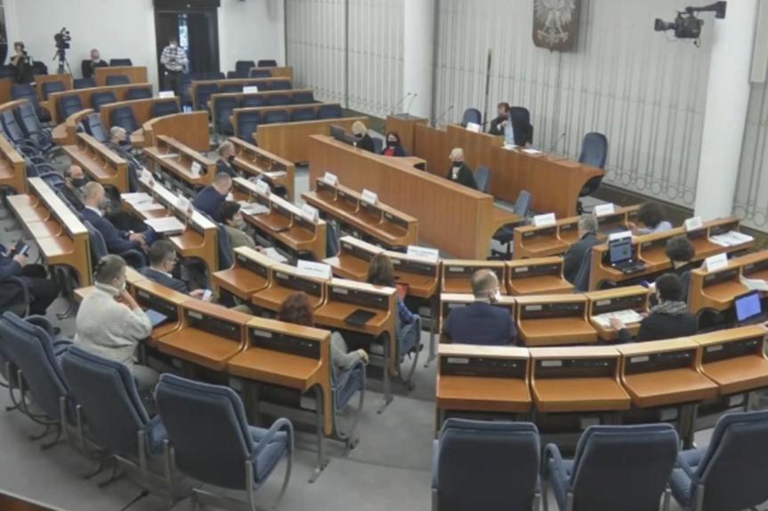zdjęcie sali senatu, gdzie zebrała się komisja
