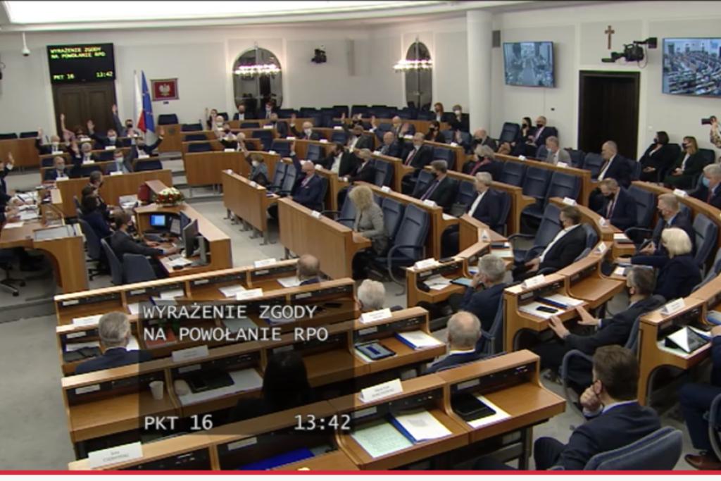 Sala senacka, senatorowi głosują (ustawienie pandemiczne)