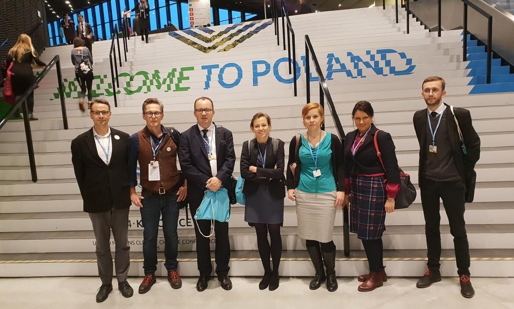 Zdjęcie grupowe u szczytu schodów