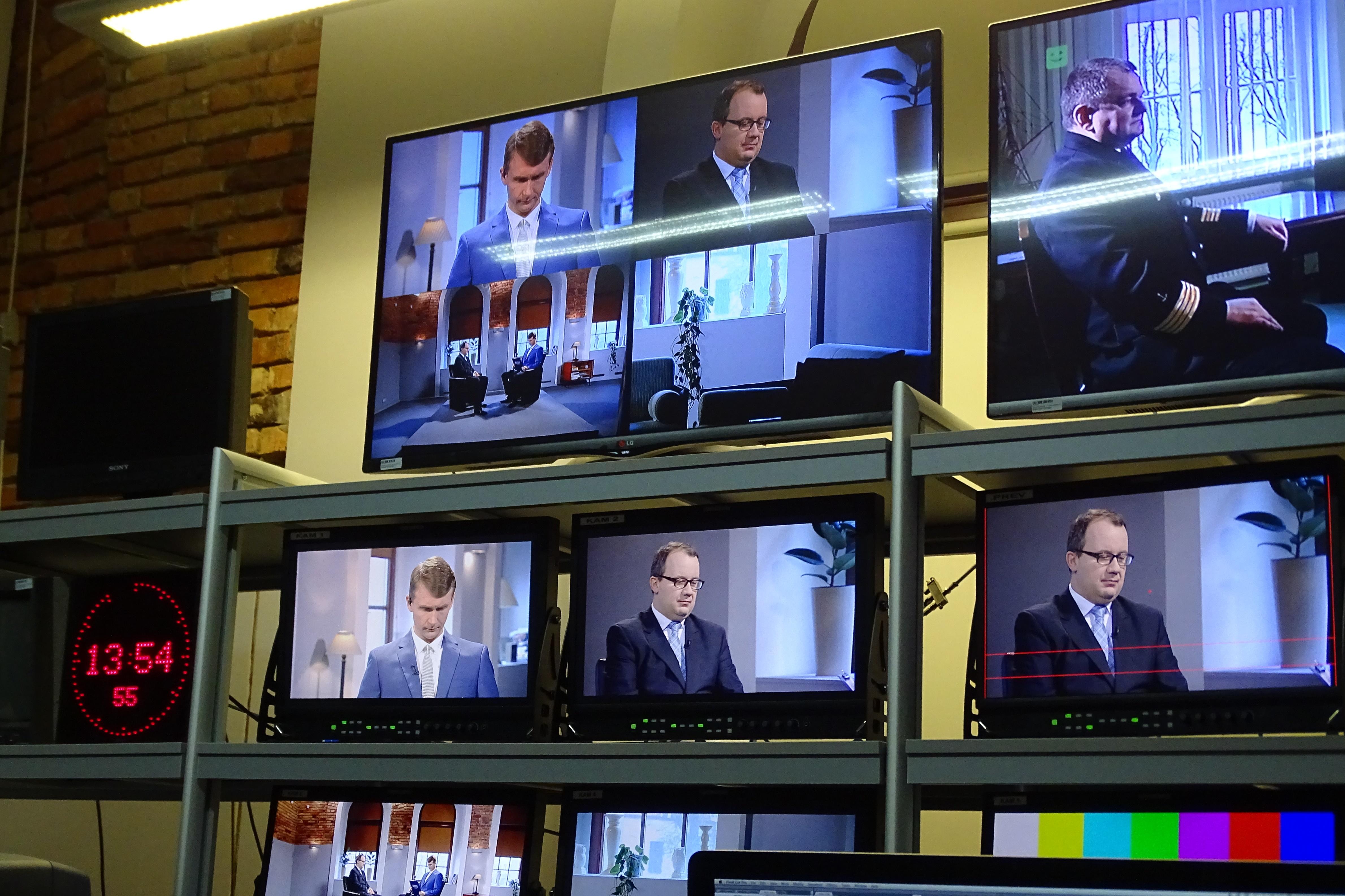 Wiele ekranów w montażowni telewizyjnej