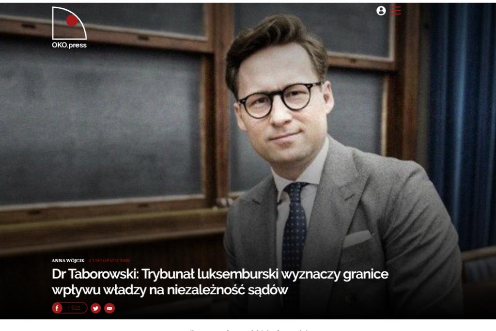 Screen ze strony internetowej: zdjęcie mężczyzny na sali wykładowej, logo serwisu Oko.press