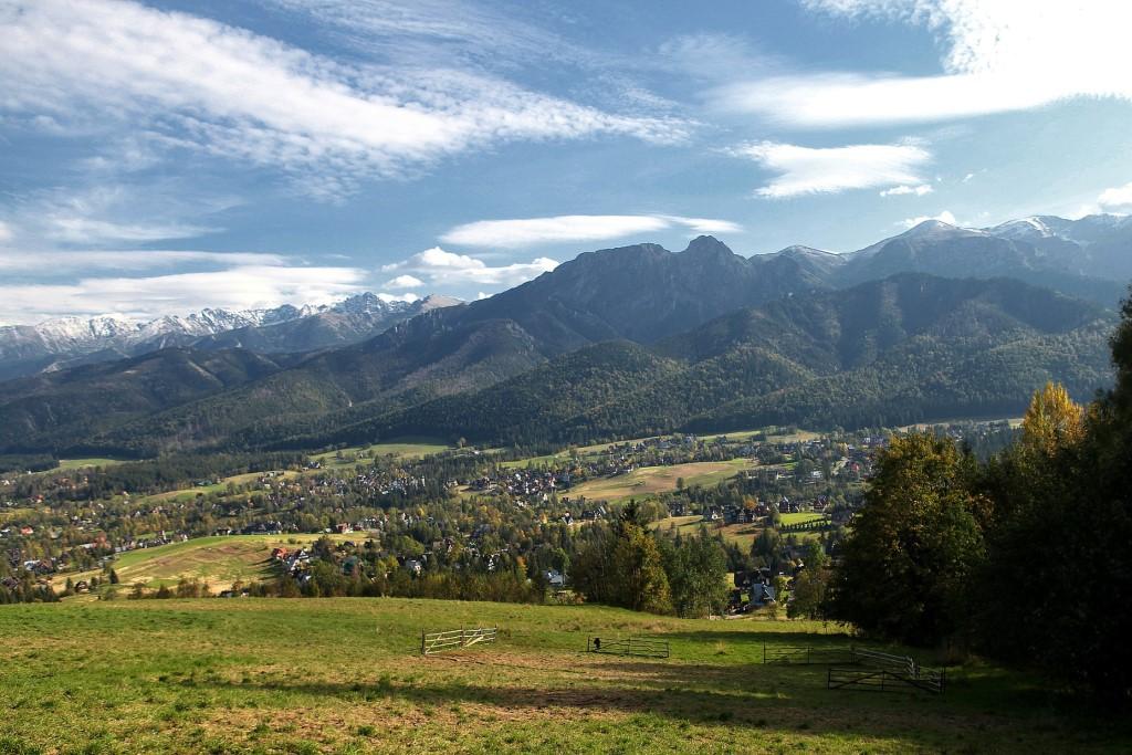 Góry i domy poniżej