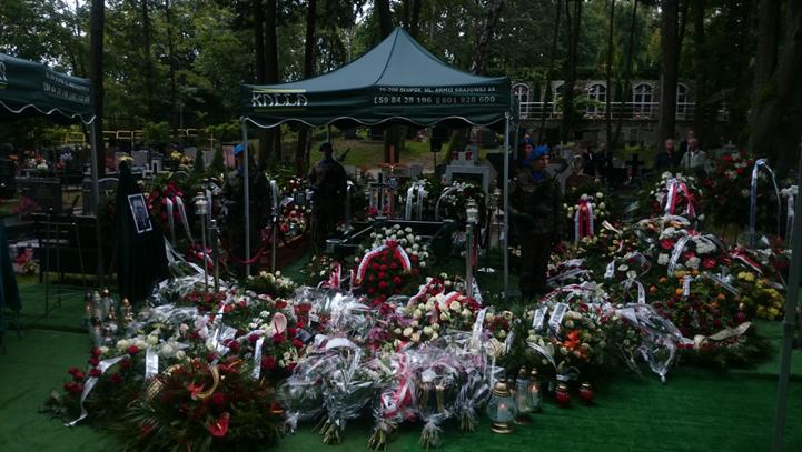 Na zdjęciu przedstawiona jest ceremonia pogrzebowa