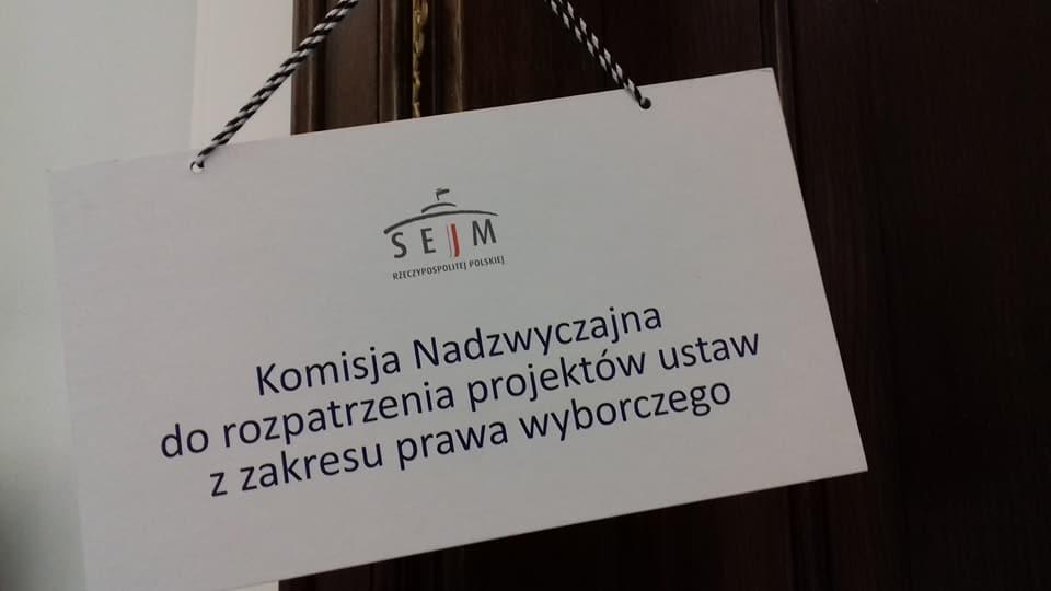 Zdjęcie drzwi do sali, w której obraduje Komisja Nadzwyczajna do rozpatrzenia projektów ustaw z zakresu prawa wyborczego