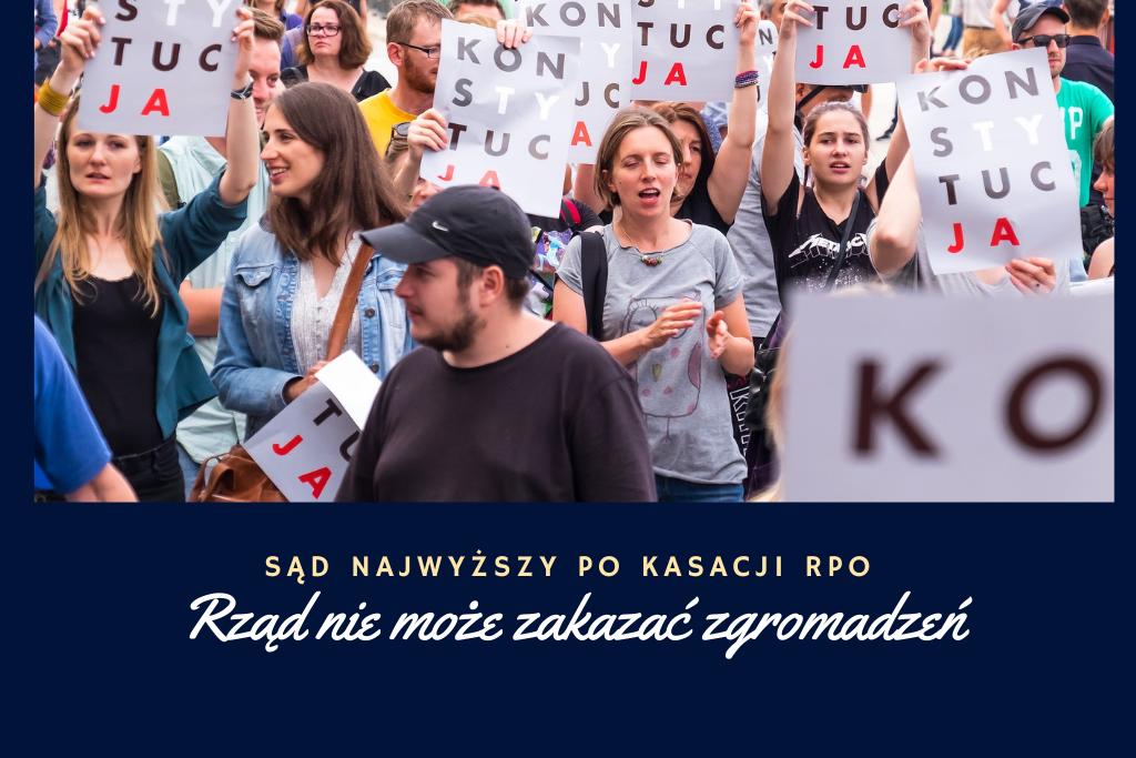 Grafika ze zdjęciem zgromadzenia publicznego, w czasie którego ludzie trzymają plakaty z napisem Konstytucja (z wybitymi literami TY i JA)