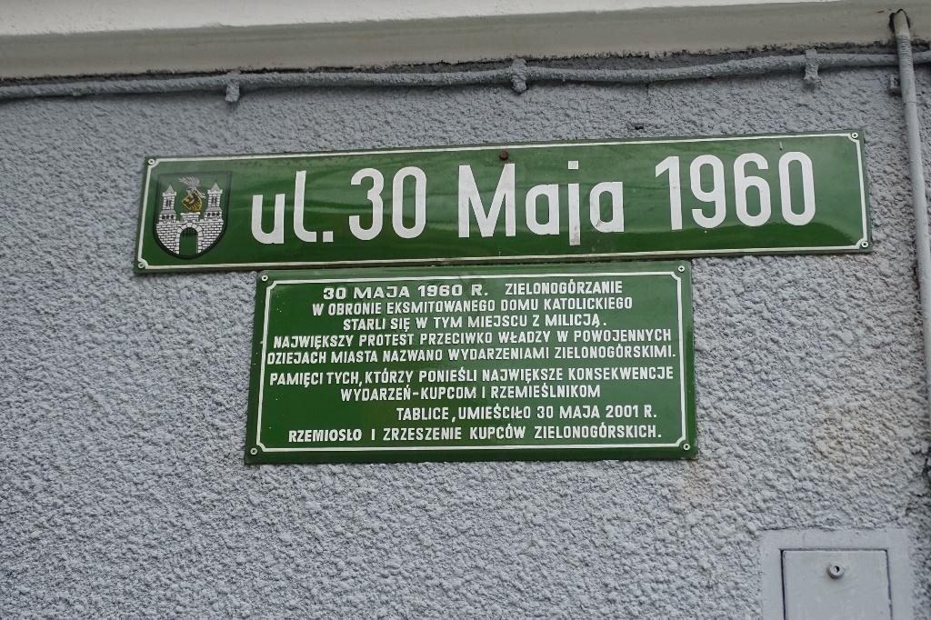 Zielona tablica na ścianie domu