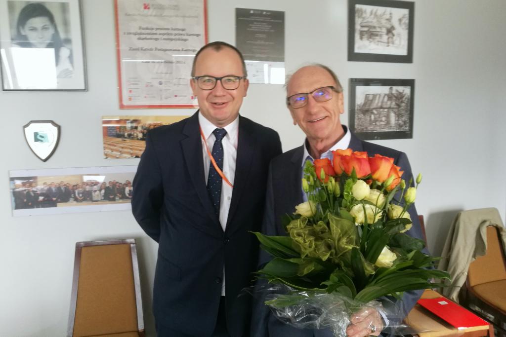 Dwaj mężczyźni, jeden z bukietem kwiatów