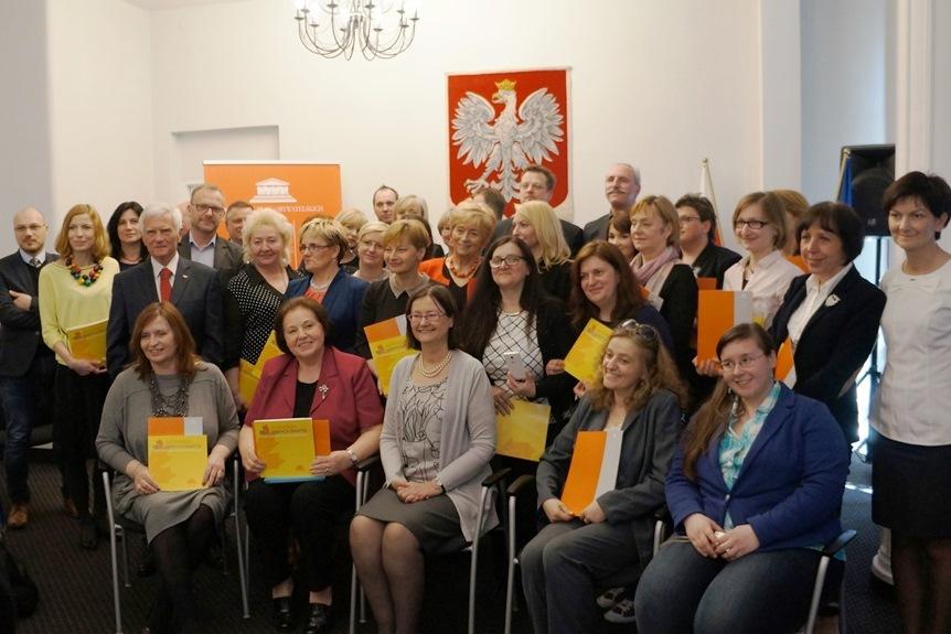 na zdjęciu prof. Lipowicz i laureaci, których inicjatywy wpisano do Złotej Księgi