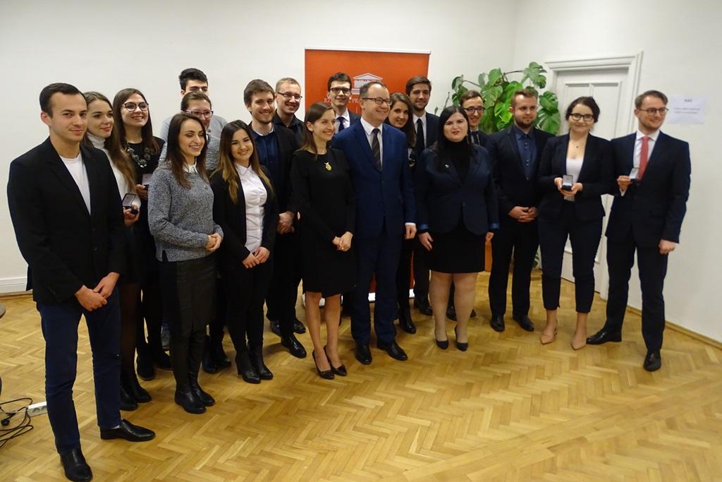 Zdjęcie grupowe młodych ludzi i RPO