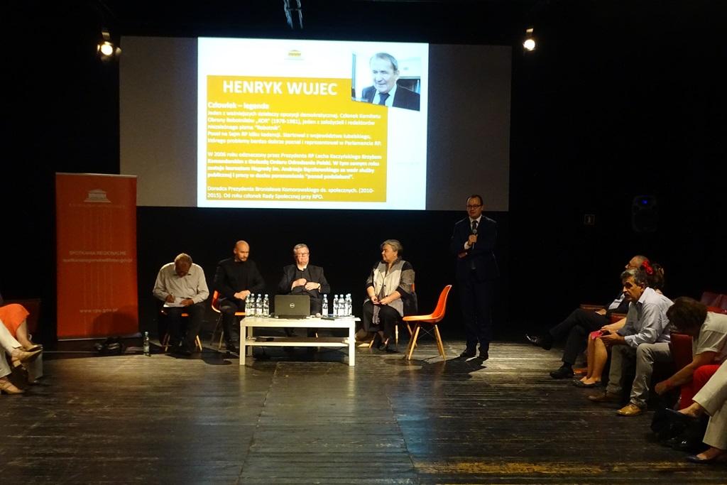 Zdjęcie: czterej paneliści i prowadzący