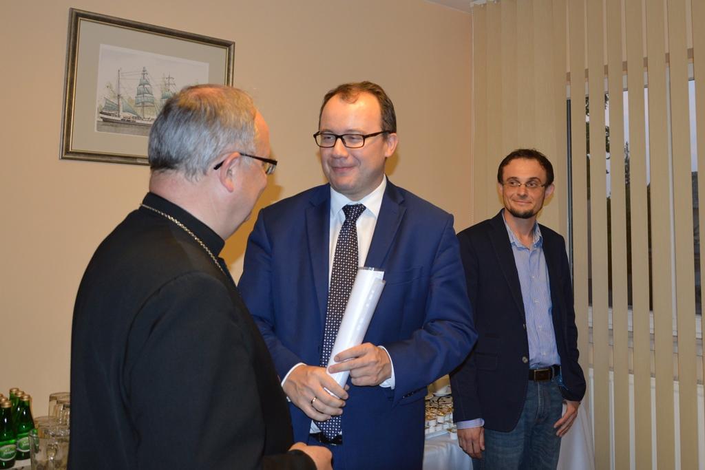 Zdjęcie: biskup i rzecznik praw obywatelskich rozmawiają