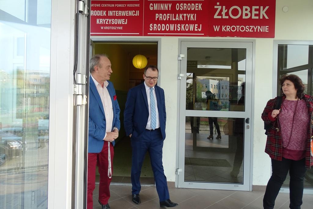 Mężczyźni i kobieta wychodzą z budynku z Centrum Pomocy w Krotoszynie