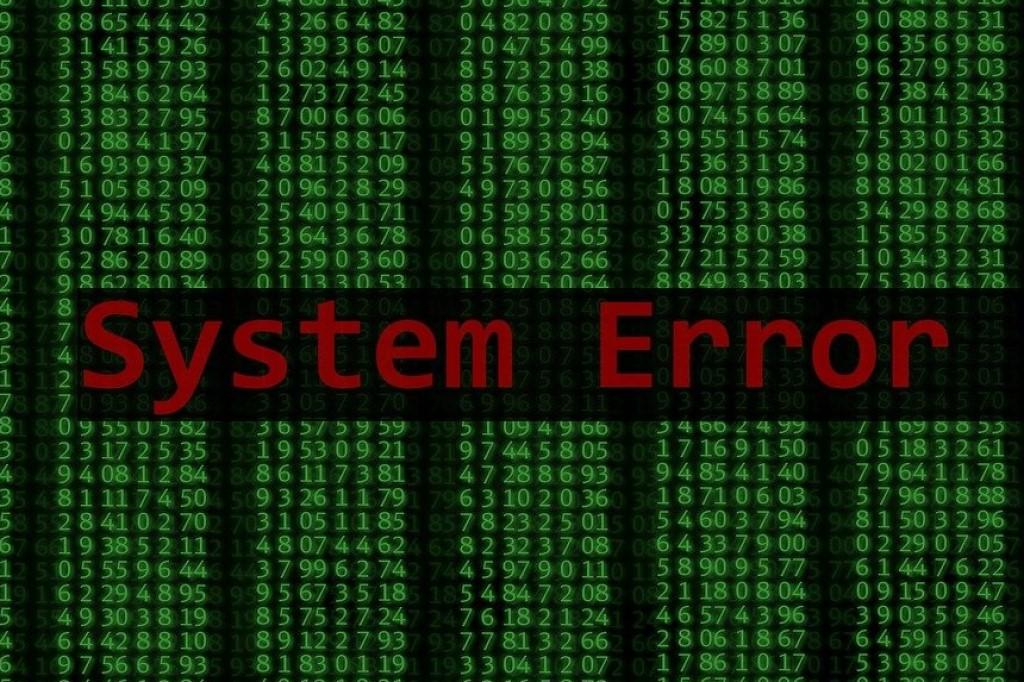 ekran komputera z zielonymi cyferkami i napisem SYSEM ERROR