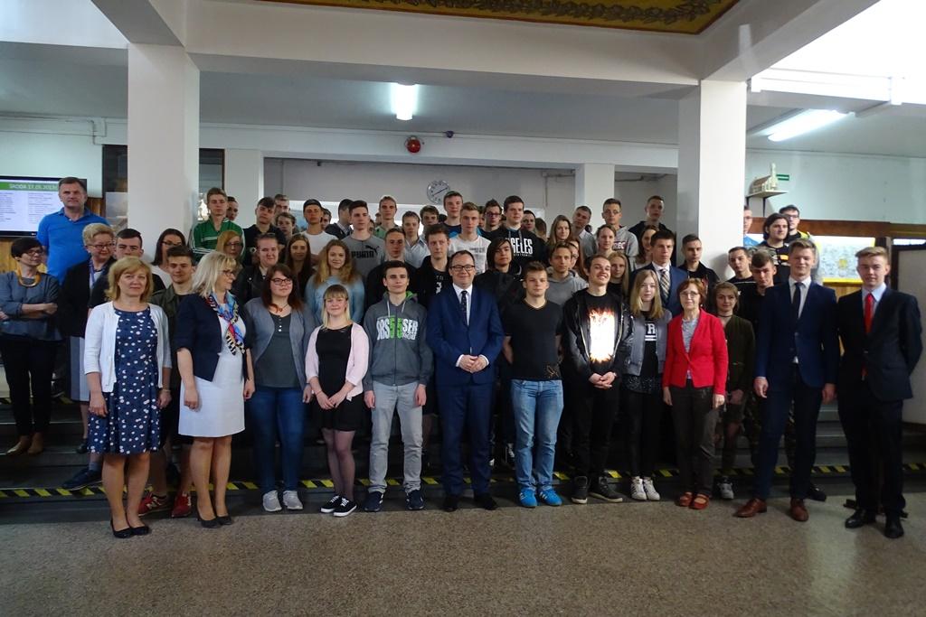 Zdjęcie grupowe uczniów i RPO
