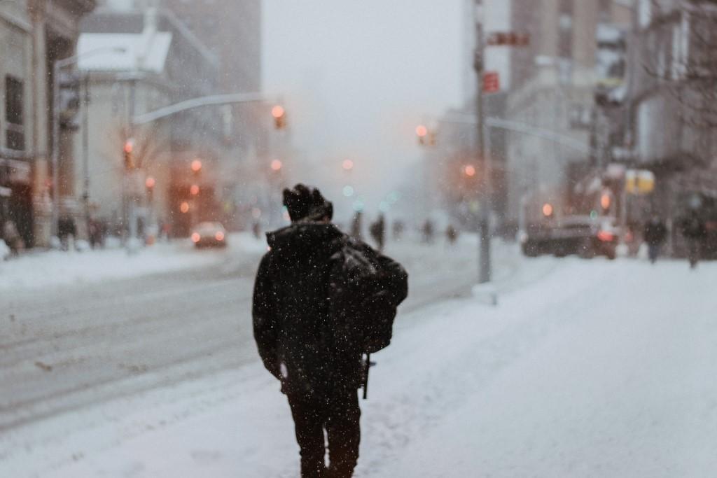 Samotny mężczyzna w mieście zimą
