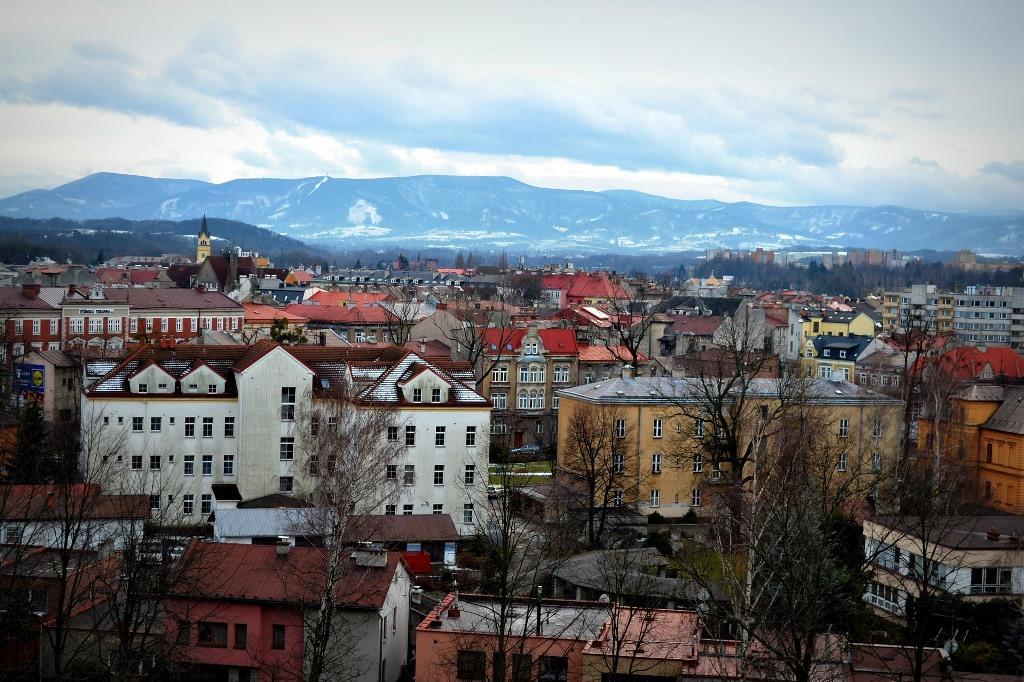 Miasto, domy i wzgórza