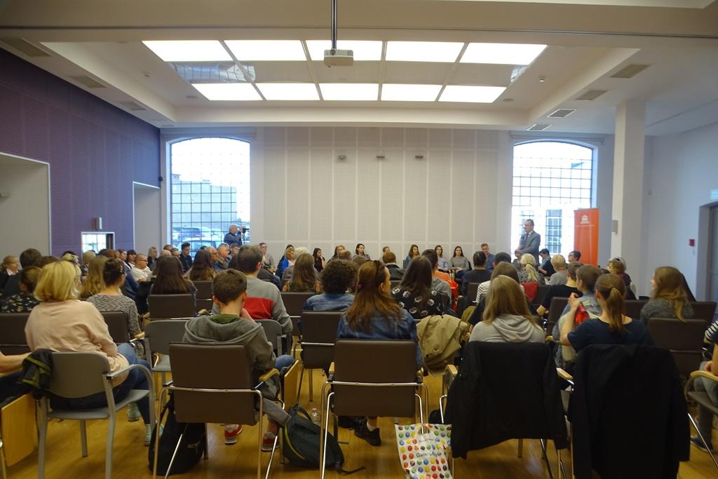 Bardzo dużo ludzi na sali