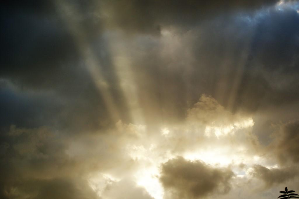 Promienie słońca przebijające się przez chmury