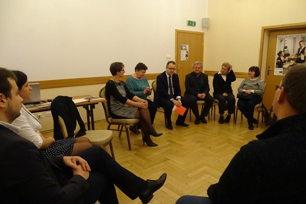 Zdjęcie: grupka ludzi rozmawia siedząc w kręgu