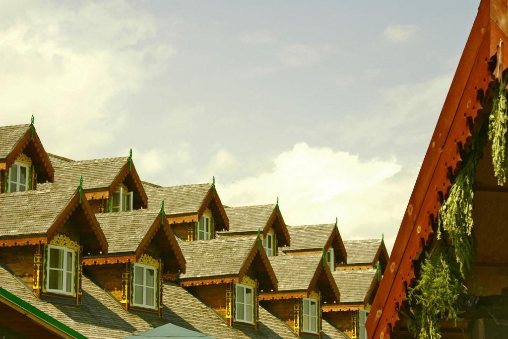 Dom z wieloma poddaszami w stromym dachu