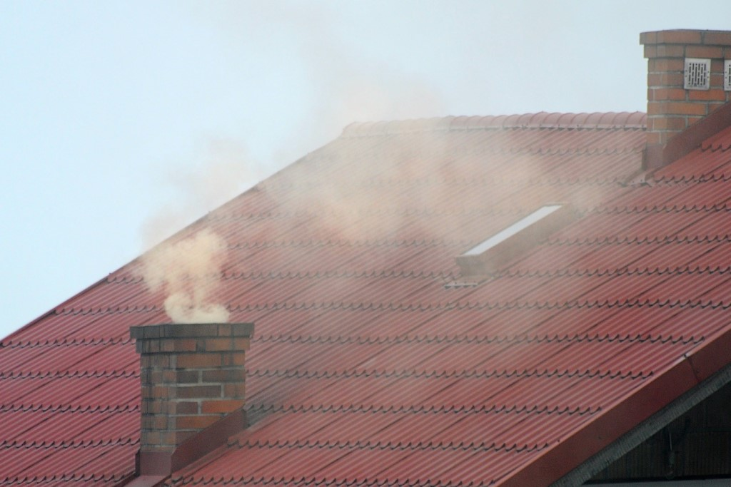 Kominy domu - biały dym