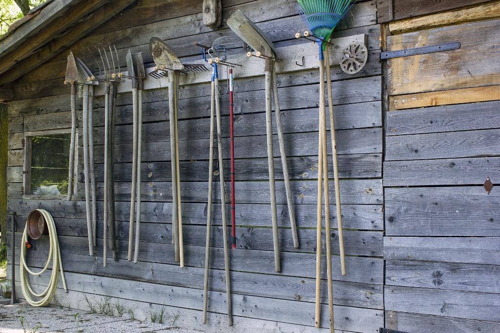 Domek na działce z narzędziami ogrodniczymi