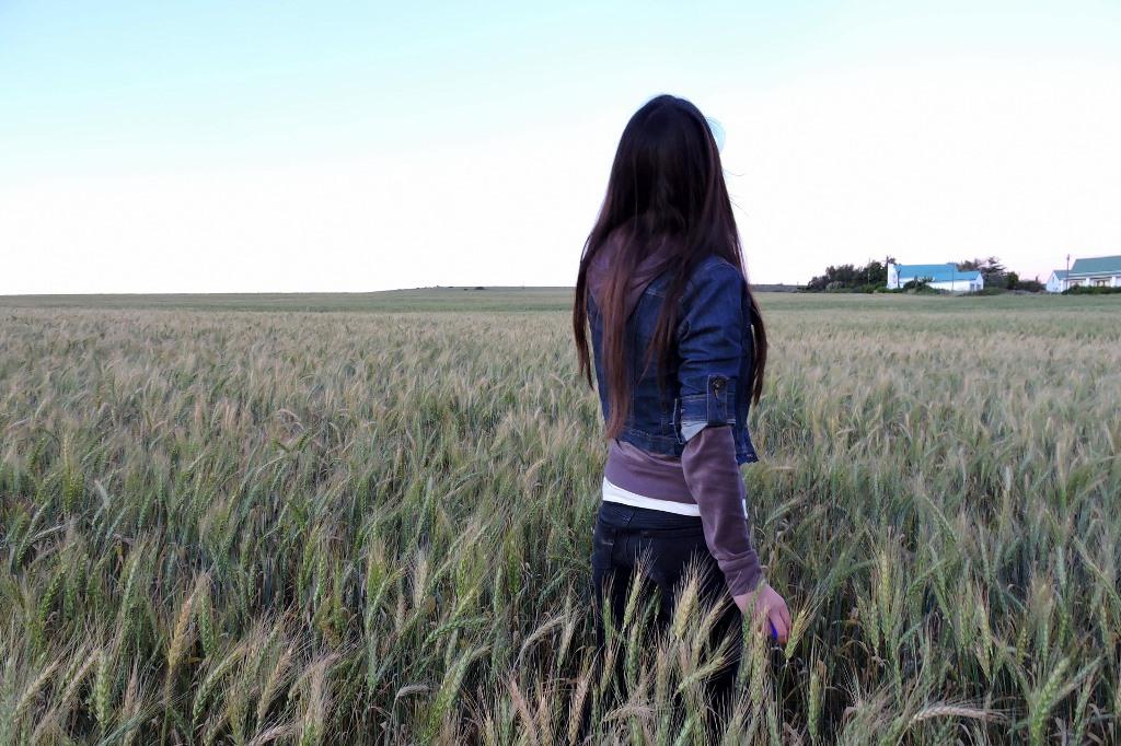 Samotna dziewczyna na polu zboża