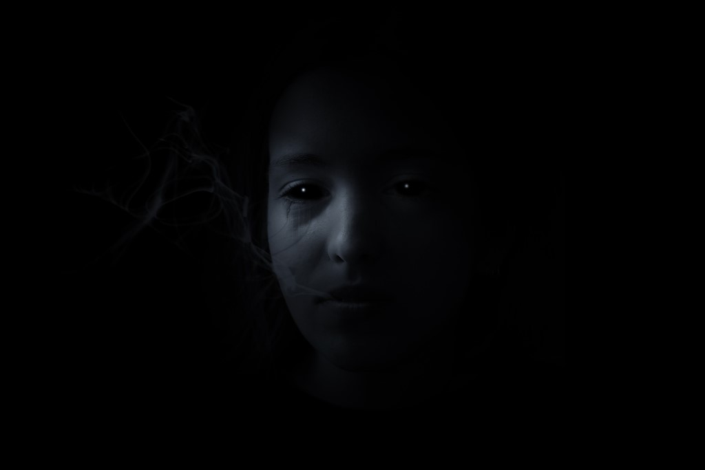 Oczy człowieka w ciemności