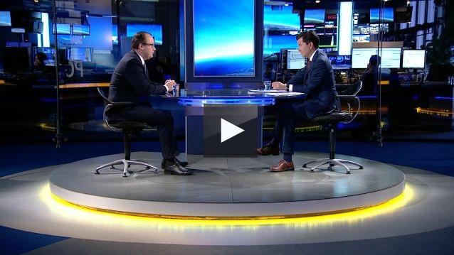 zdjęcie: dwaj mężczyźni siedzą naprzeciw siebie w studiu telewizyjnym