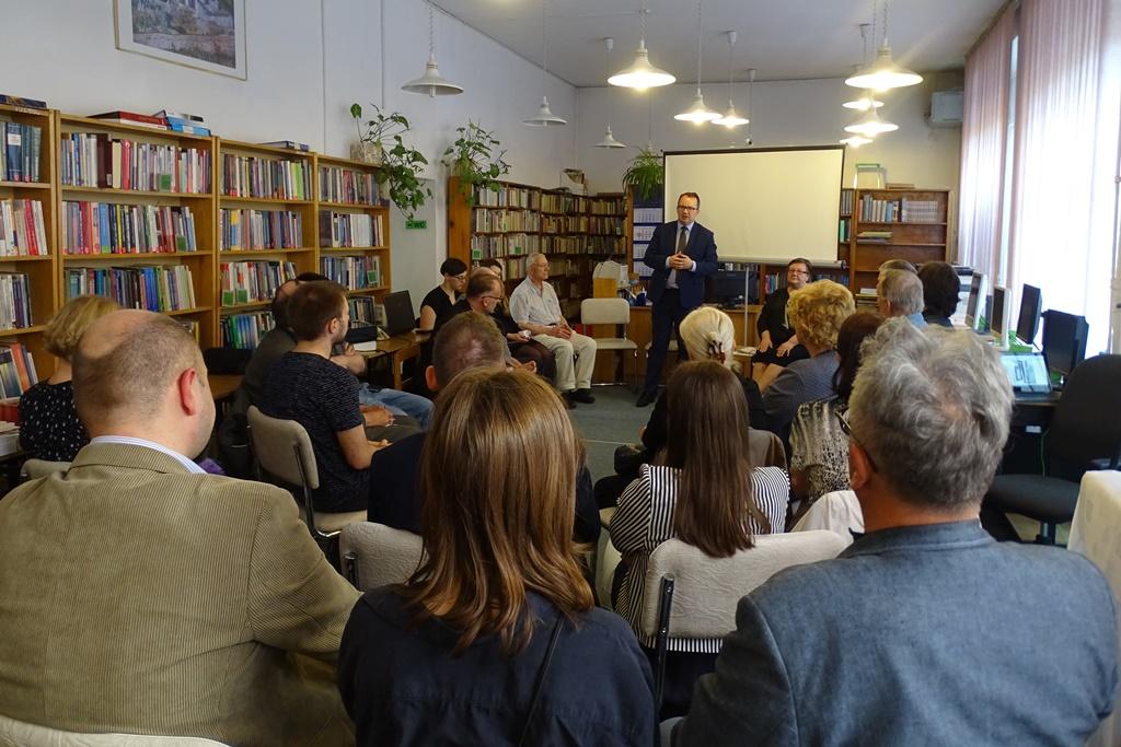 Grupa ludzi w sali bibliotecznej