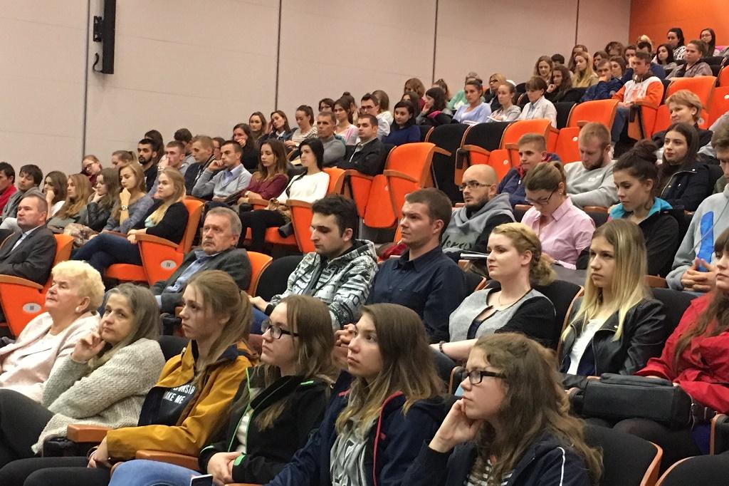 Zdjęcie: sala pełna młodych ludzi