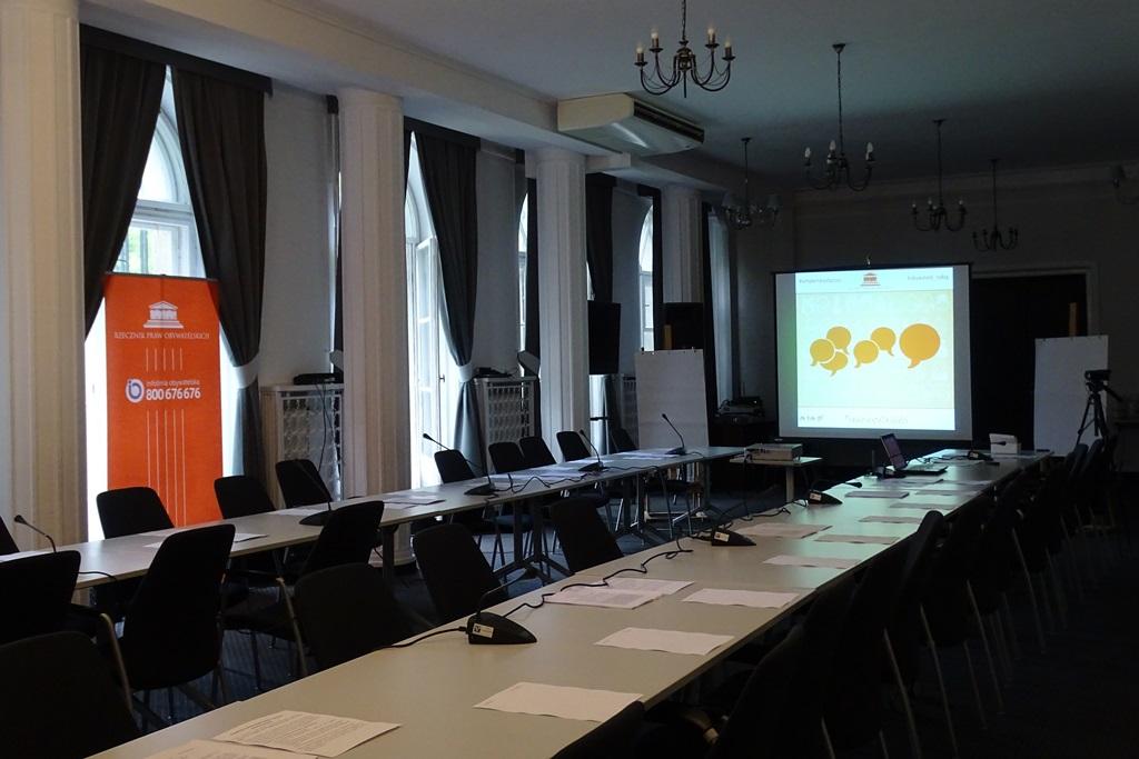 Zdjęcie: pusta sala z ekranem do prezentacji