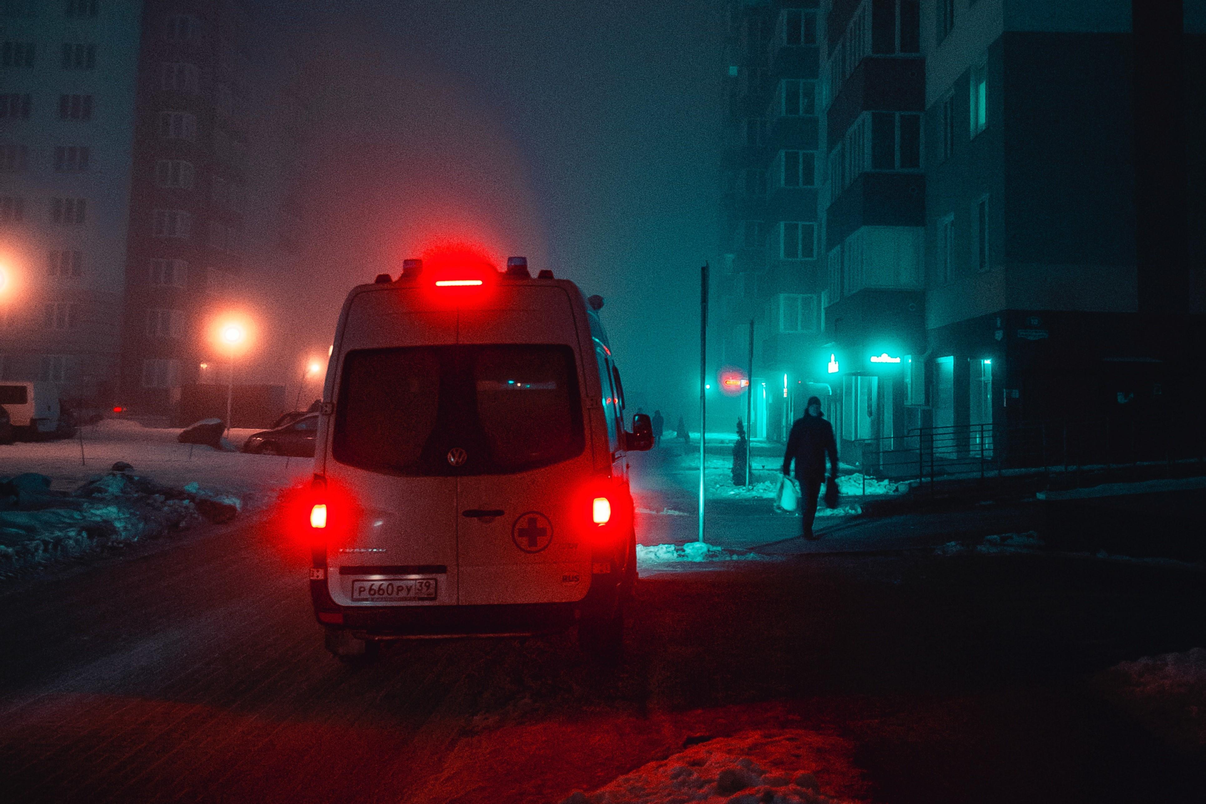 karetka pogotowia stojąca w nocy w zaśnieżonym mieście