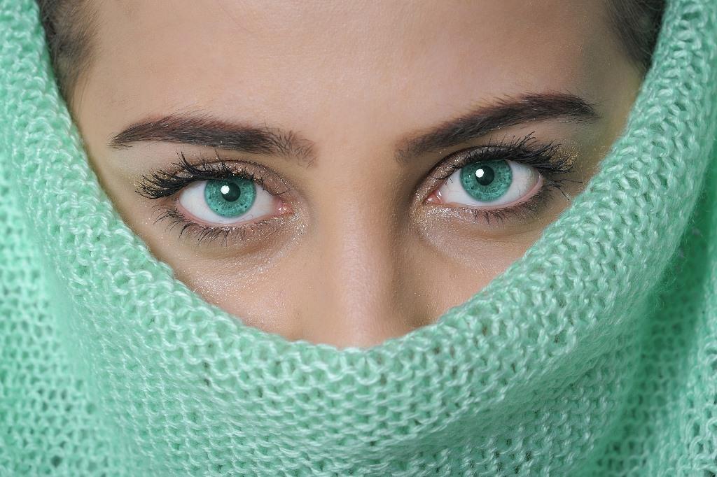 Kobieta o zielonych oczach w zielonym szalu