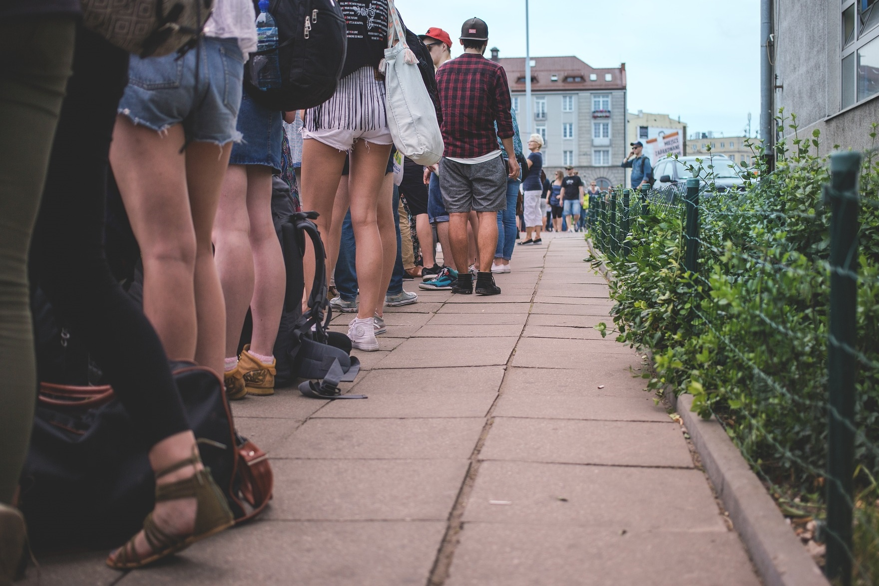 Ludzie stojący w kolejce