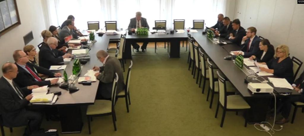 Ludzie wokół stołu w kształcie litery U