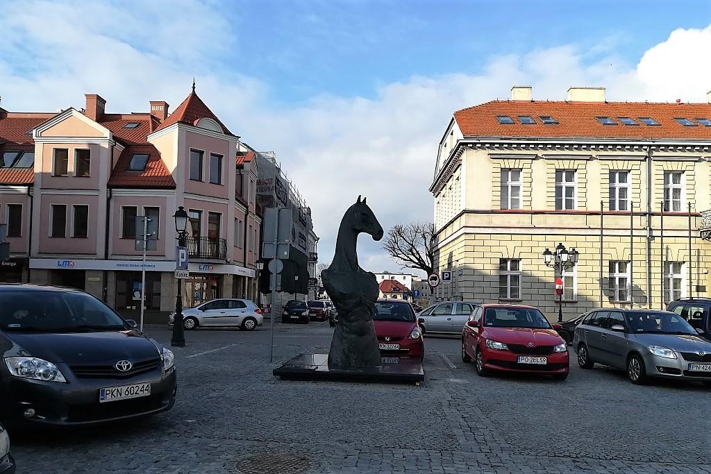 Rzeźba z głową konia na ryku
