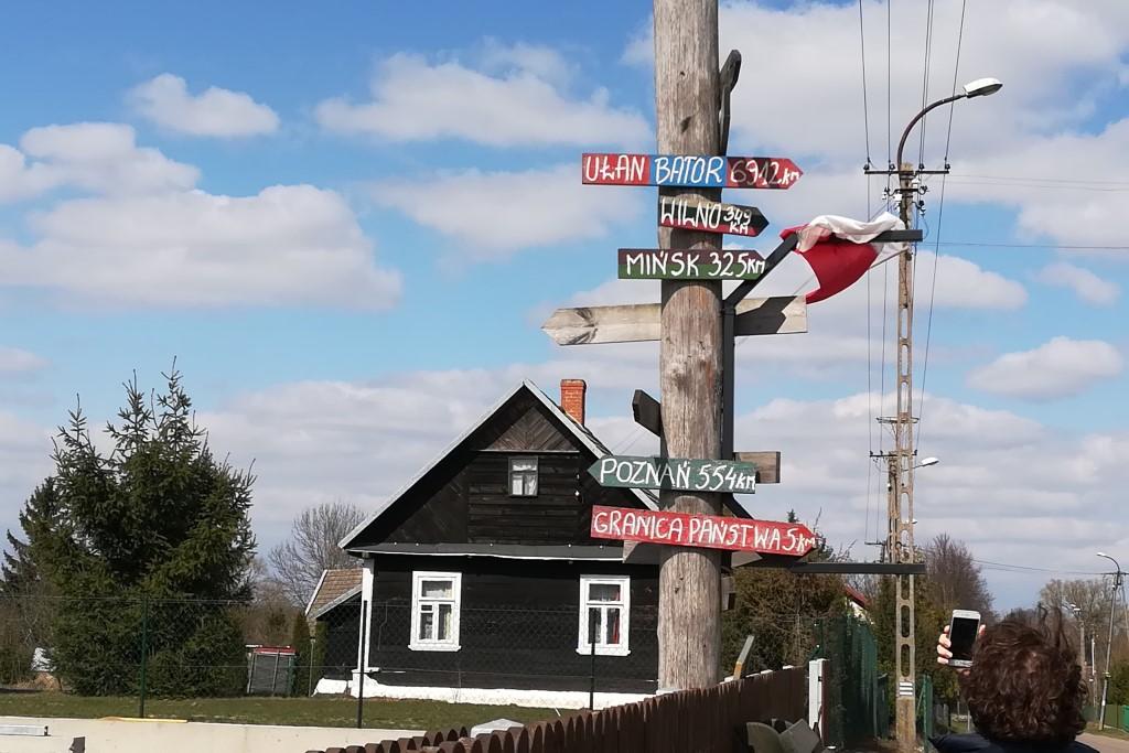 Słup z drogowskazami do Ułan Bator, Wilna, Poznania, i Mińska